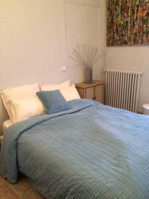 1 lit double avec rangements, exposition Sud et balcon.