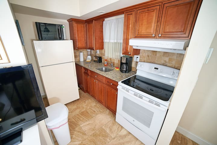 Beachside Gardens Suites  200 ft from the beach. - Deerfield Beach - Boutique hotel