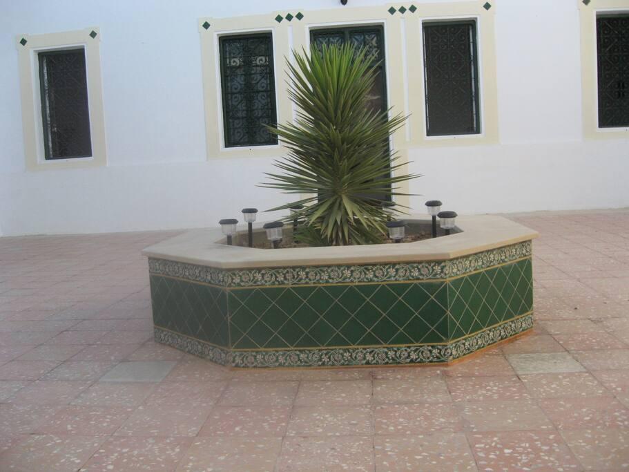Un grand patio au centre des trois suites
