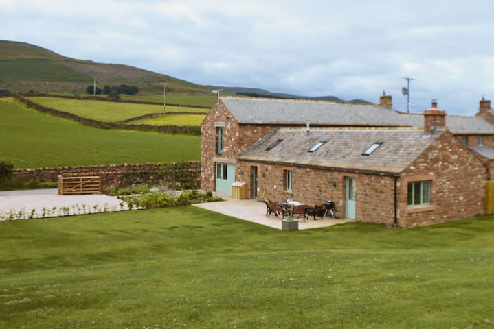 Luxury Lakeland Barn with cosy fire. Pet friendly.