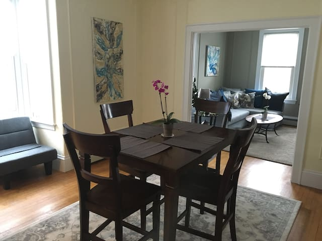 Private, sunny apartment in hip West End