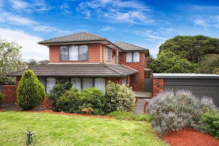 Fabulous 6 Bedroom home sleeps 12 - Templestowe