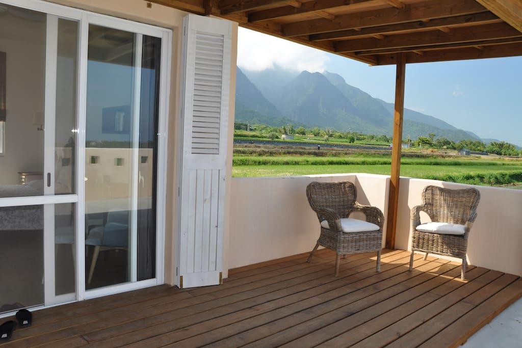 月昇雙人房戶外陽台,可看見美麗的海岸山脈