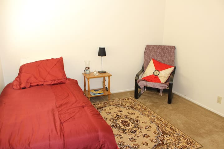 Private Room near SFO airport for females only - Burlingame - Apartment