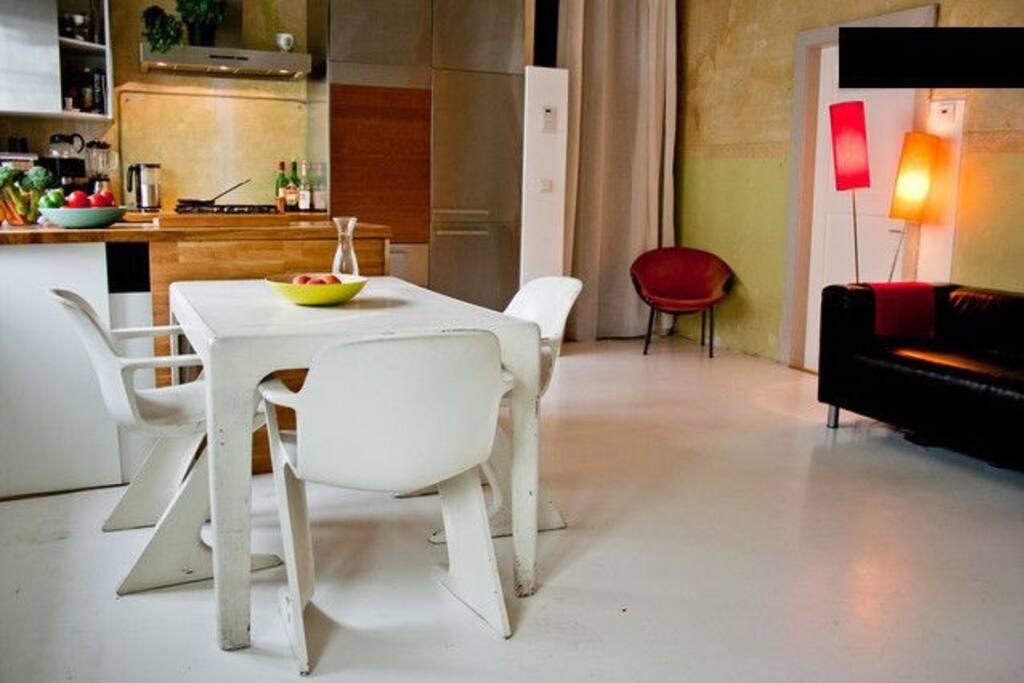 Wohnküche mit DDR-Esstischensemble