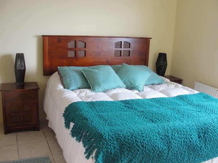 La habitación cuenta con un LCD de 32 pulgadas, TV Cable y DVD.