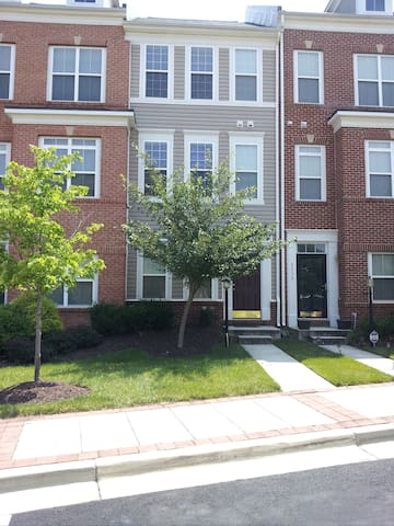 1 Bed in Townhome with Private Bath - Camp Springs - Adosado
