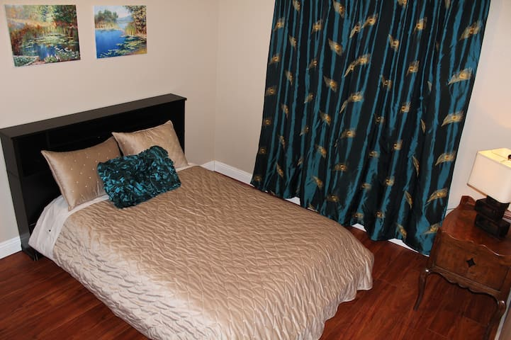 Cute and Comfy Private Room & Bath in Canoga Park