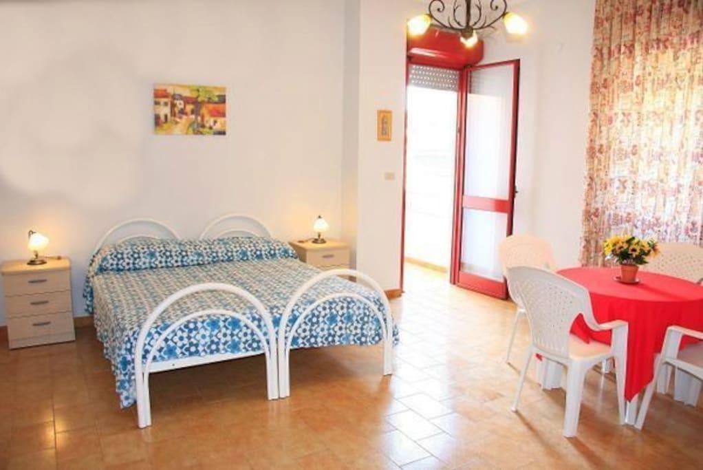 camera con letto matrimoniale e accesso alla veranda