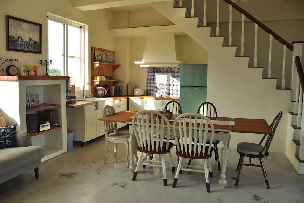 此房間專用的客廳與廚房,樓梯可通至二樓的沐浴星空房