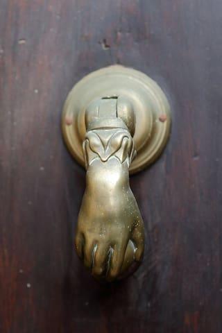 Porte d'entrée de l'immeuble.