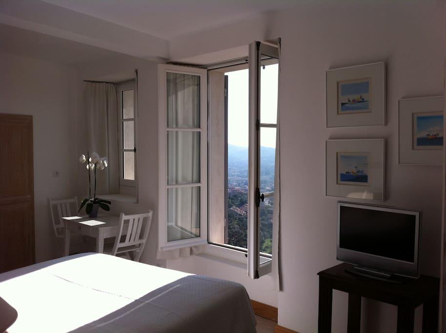 Suite du RDC comprenant Chambre avec salon attenant ,placard kitchenette , avec une belle vue sur la plaine plein sud