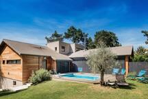 Vue Sud Est de la maison depuis le jardin - La maison de Karen chocolat , à Limonest dans le Rhône