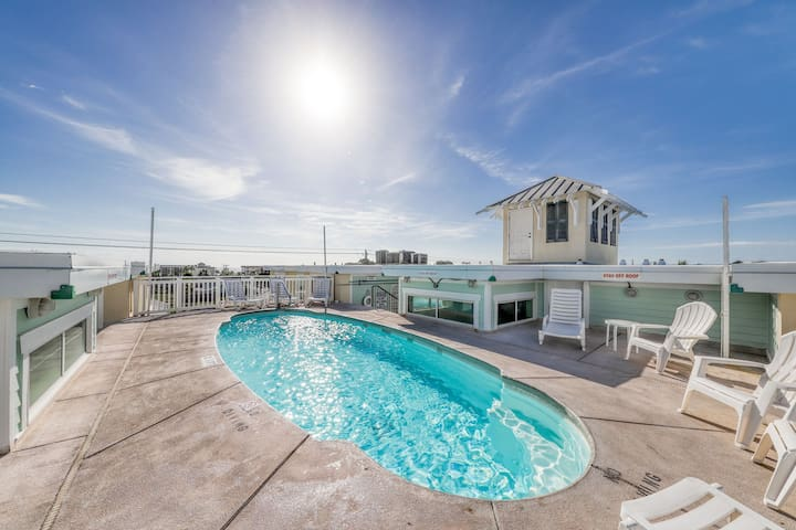 Splendid condo w/ shared rooftop pool & private balcony - walk to the beach!
