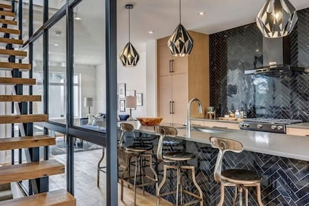 Modern Luxury in the Heart of Calgary, Close to DT