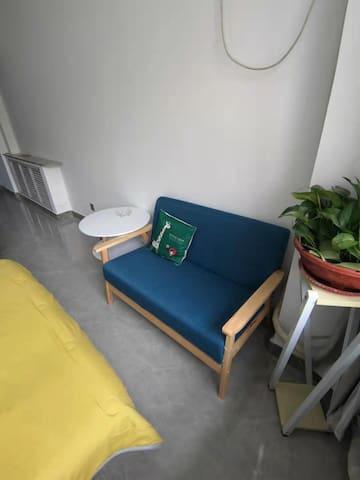 小清新设计的房间柔软的床会让你舒舒服服睡个好觉