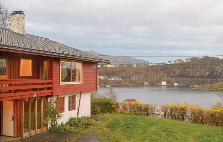 Holiday cottage with 7 bedrooms on 240m² in Finnås