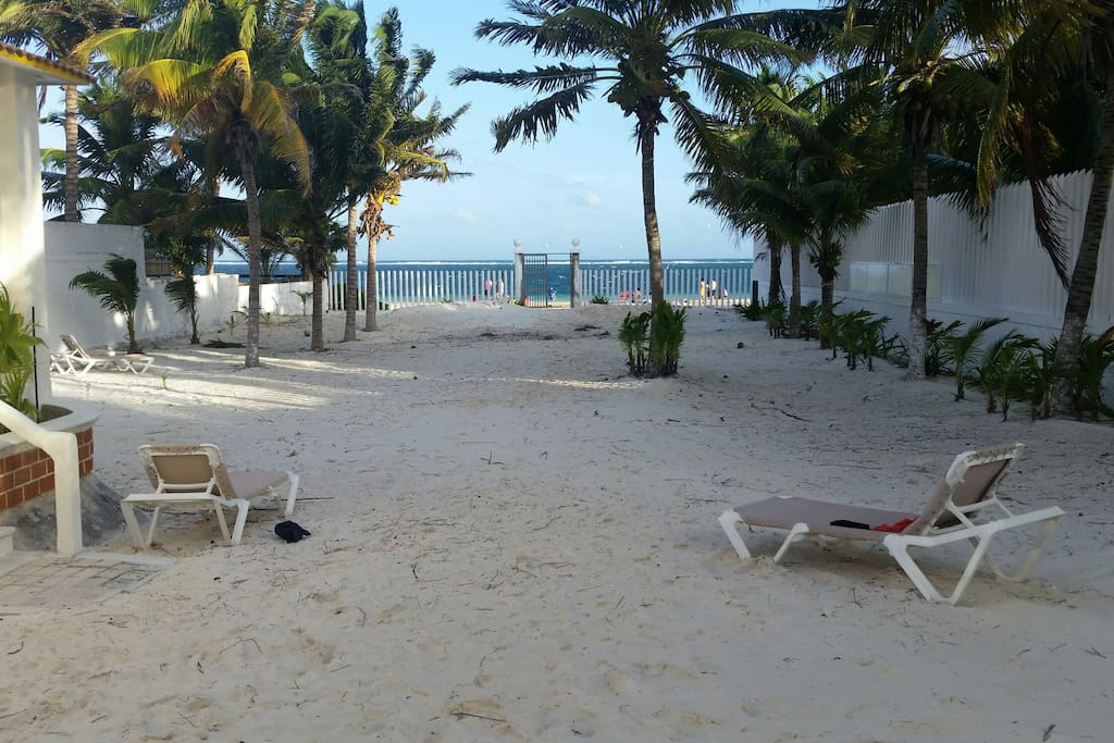 No solo es una cabaña en la playa sino tienes tu playa privada .