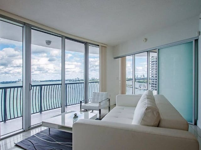 Awesome Water Views  Edgewater Apartment/Minutes to Beach/Free Parking/Amazing Area/Close to the Port