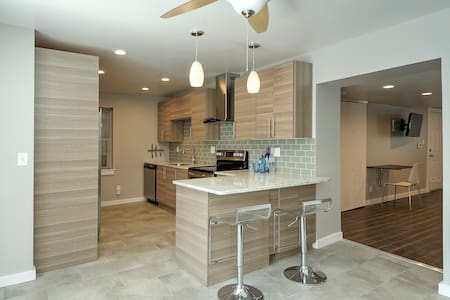 GORGEOUS City Center Apt. w/Parking - Wilmington - Daire