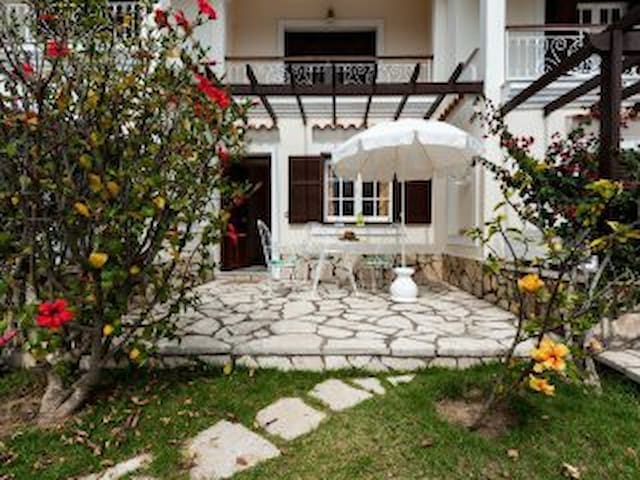 Spacious Beach Garden Apt at Corfu's west coast - Agios Gordios - Lejlighed