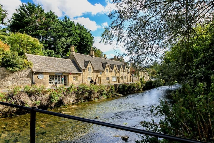 Riverside, grade II cottage, Bibury, up to 6 ppl