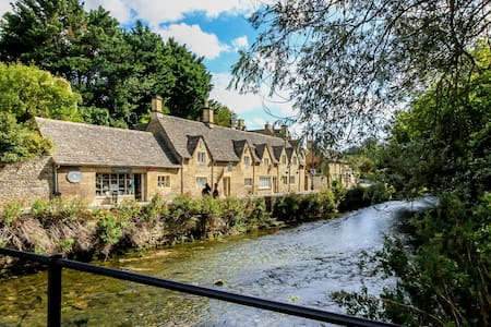 Bibury Riverside Cottage Grade II listed 6ppl trad