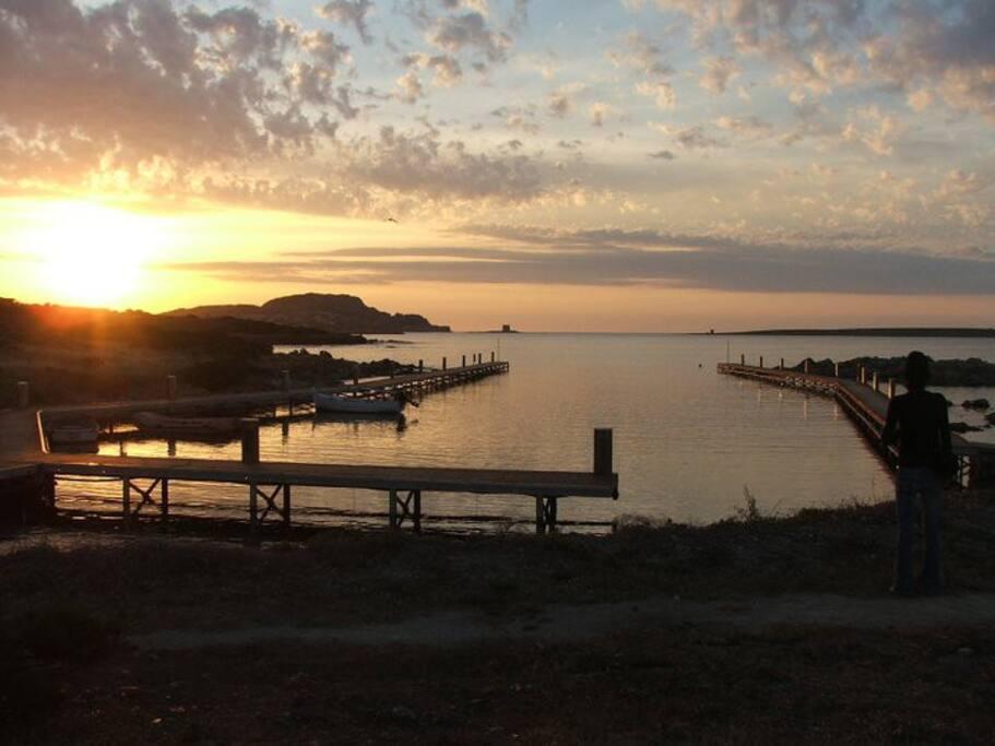 Il porticciolo sotto casa con possibilità di ormeggio barca, sullo sfondo la torre della Pelosa al tramonto