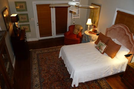 Historic Twickenham ~ Private Carriage House ~ - Huntsville