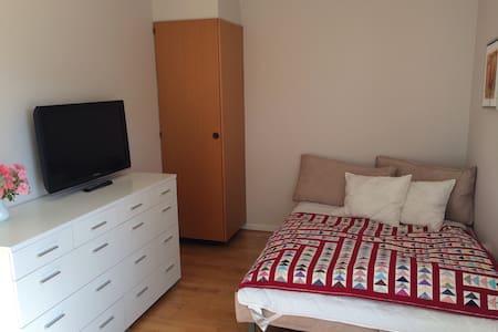 Rummeligt og hyggeligt værelse - Bellinge