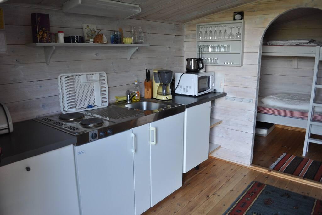 Pentry med spis, micro, kyl, kaffebryggare, vattenkokare och diskbänk med varmvatten. Köksutrustning.
