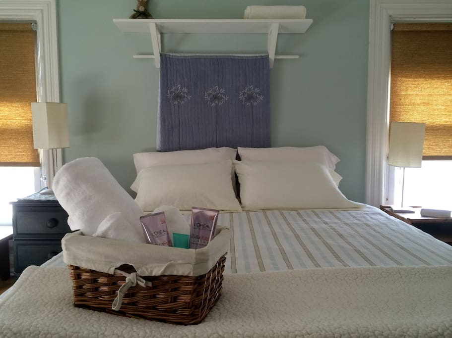 Same bedroom--- summer linens.