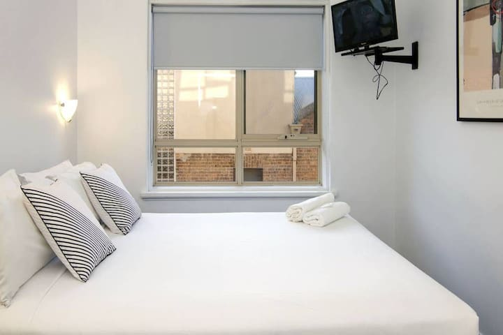 Value! One-Bedroom Apartment Next To Chapel St