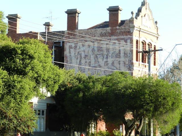 Melbourne Cottage with parking near market  MSAC