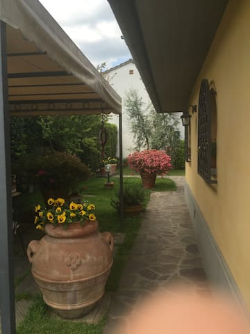 Soggiorno OLIVO; monolocale + giardino, parcheggio - Stazione Masotti - Apartament