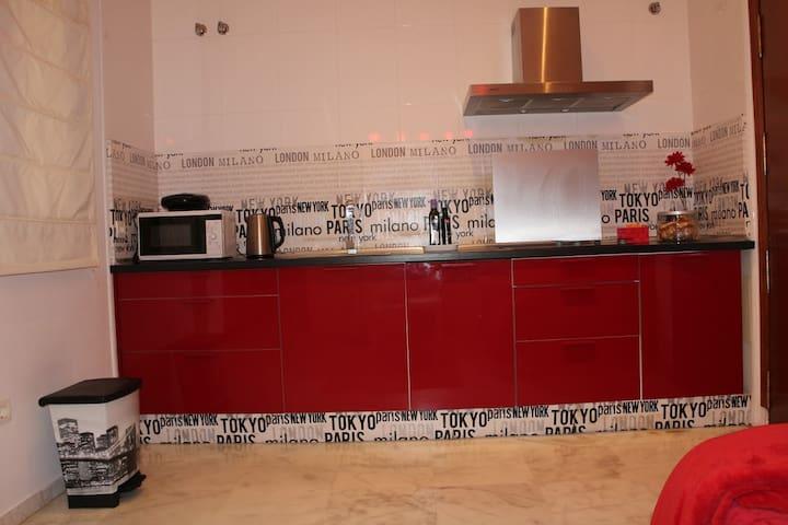 Cocina completa con frigorífico y lavaplatos