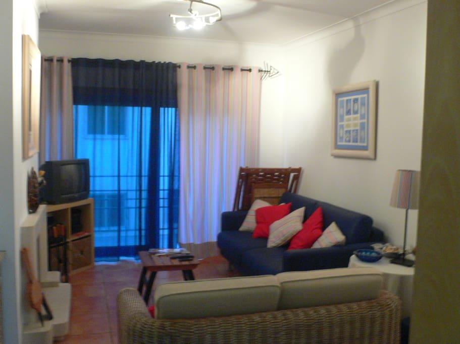 "Sala de estar (o sofá ""desdobra-se"" e faz de cama de casal."