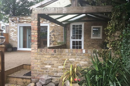 Charming bungalow - dog friendly - Watford