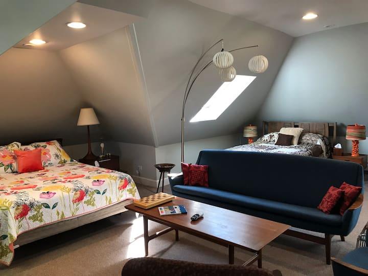 Evanston Aerie (loft w/2 beds, bath, kitchen & LR)