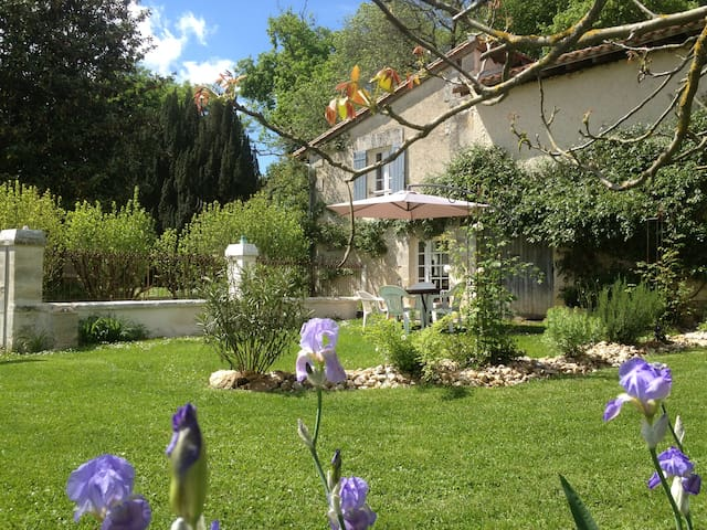 Pretty Cottage close to Aubeterre