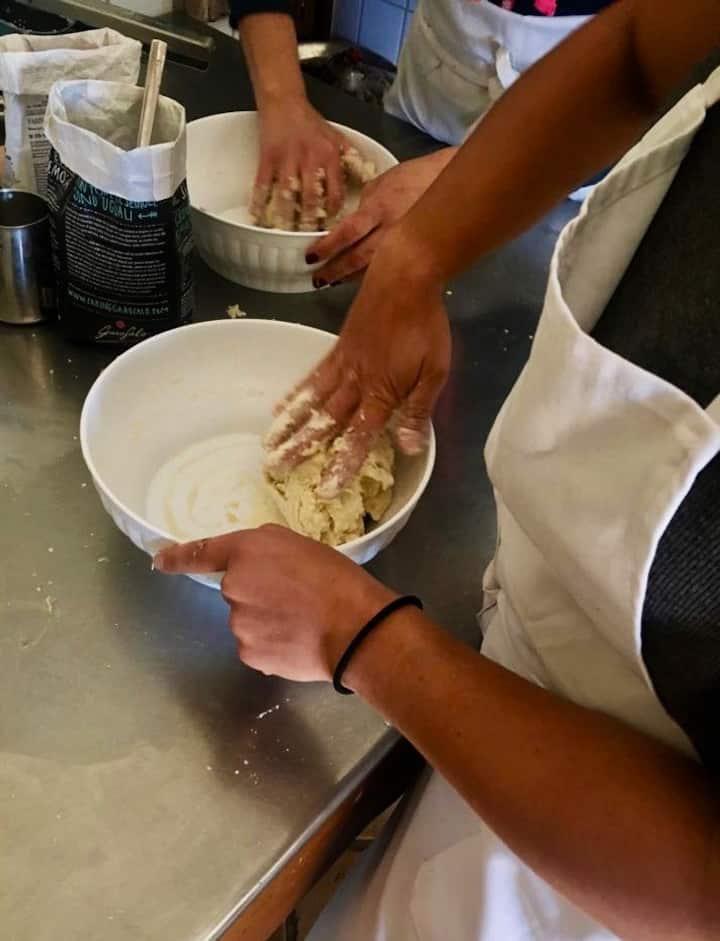in Italian 'mani in pasta'