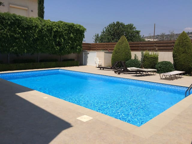 Bayview 3 B/R villa with pool - Pyrgos - Dom