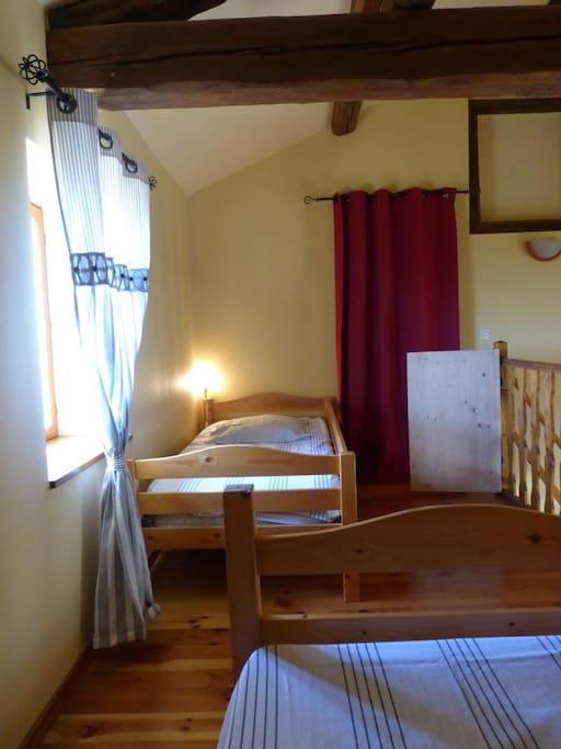 chambre en mezzanine  2 lits 1 place