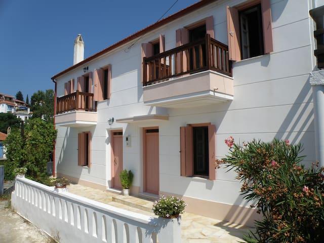Ikia's Traditional Brown House - Alónnisos - Dům