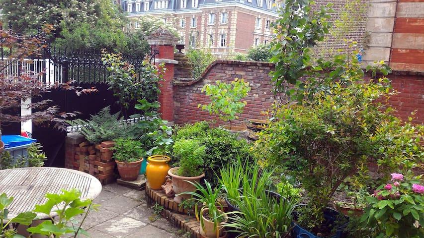 le petit jardinet en été