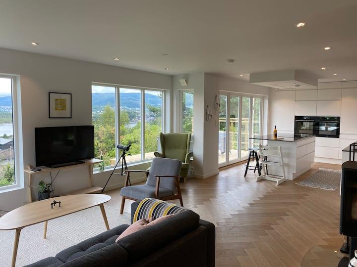 Villa med fantastisk utsikt, hage og båt