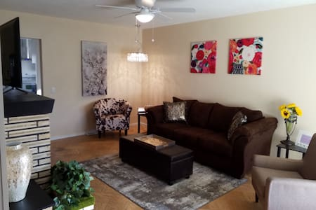 YELLOW PINE HOUSE, 3 BEDROOM KING-QUEEN,SPA SHOWER