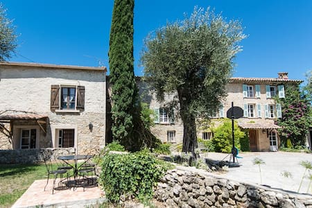 Independent Studio in Provencal mas - House
