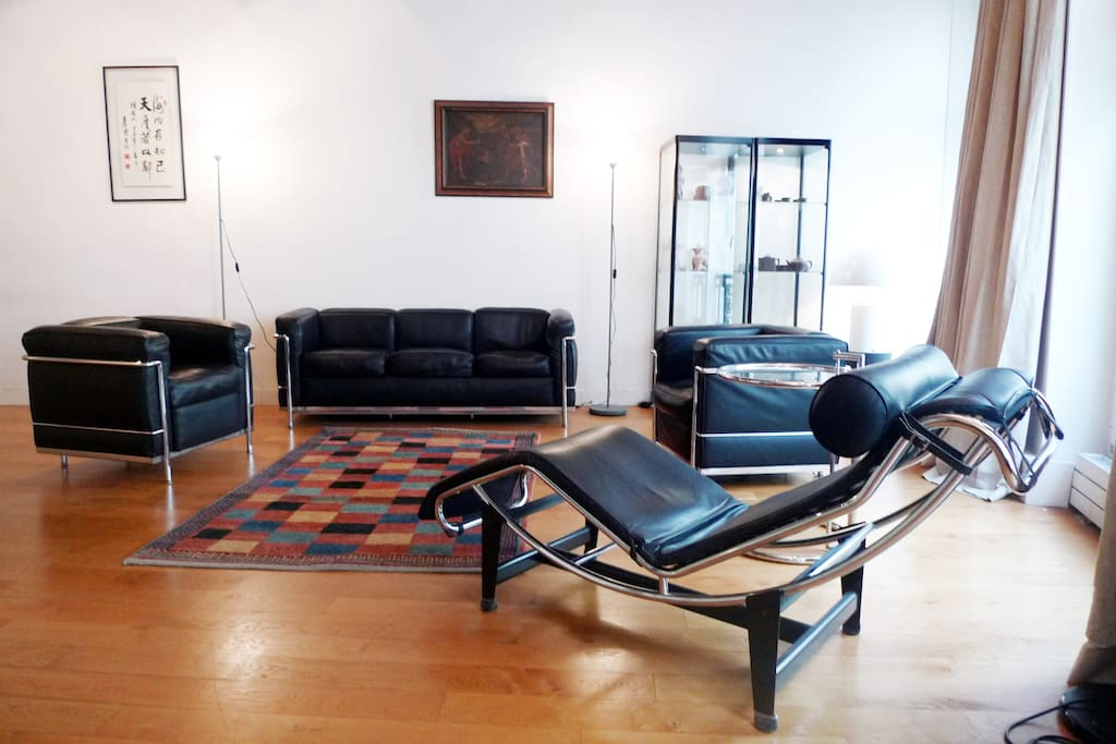 """Apt Corbusier - Saint Germain - Lounge area is furnished with """"Le Corbusier"""" seats"""