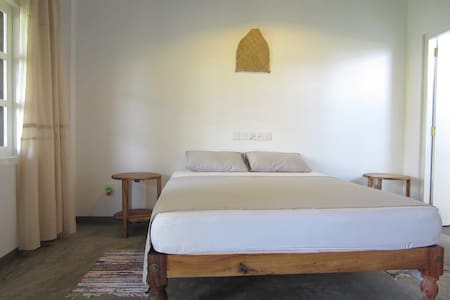 MIRISSA BnB NEW clean AC room with balcony (7) - Bed & Breakfast